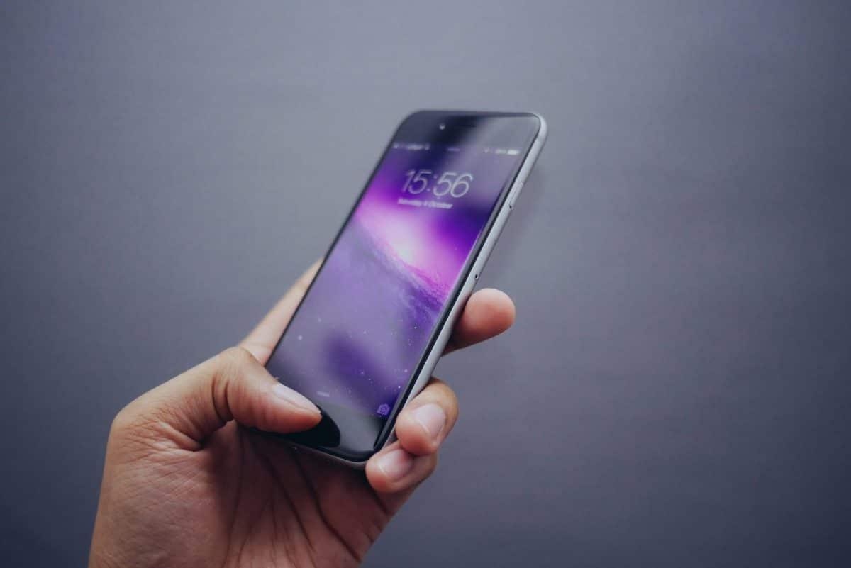 iPhone 6 / 6S / 6 Plus being held